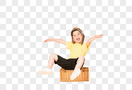 坐在行李箱上带飞行帽的儿童图片
