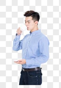 商务男性手拿咖啡杯喝水放松状态图片