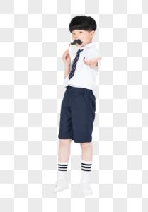 手拿拍照道具搞怪的小男孩图片