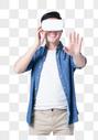 年轻男子戴VR眼镜体验虚拟现实图片图片