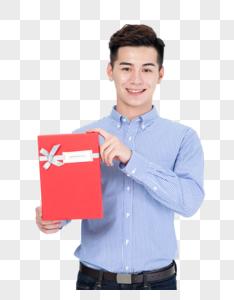 年轻男子手拿礼物盒图片图片