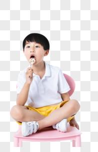坐在椅子上吃糖的小孩图片