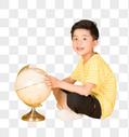 看地球仪学习的儿童图片