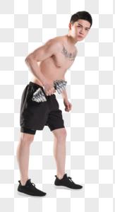 健身男性手举哑铃肌肉塑图片