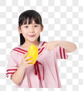 吃芒果的小女孩图片
