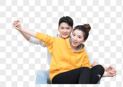 开心幸福地坐在地上拥抱的情侣图片图片