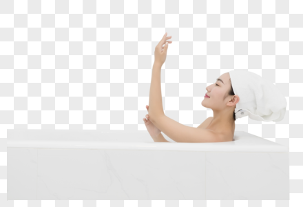 浴缸泡澡放松的年轻女性图片