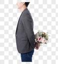 手拿玫瑰花的男性背影图片