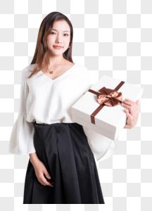 展示礼物盒的年轻美女图片图片