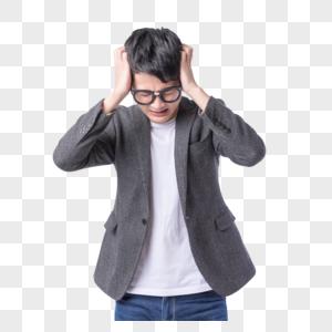 带着眼镜焦虑思考的年轻男性图片