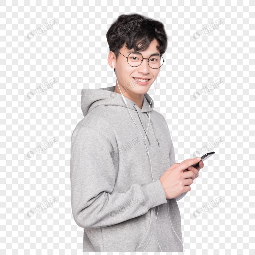 拿着手机听音乐的男生图片