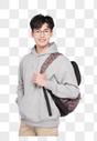 背着书包的年轻男性图片