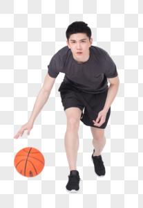 青年男性打篮球运球图片