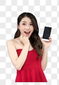 拿着手机正在抢红包的女性图片