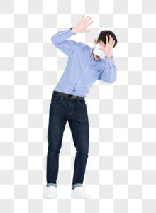年轻男子戴VR眼镜体验虚拟现实图片