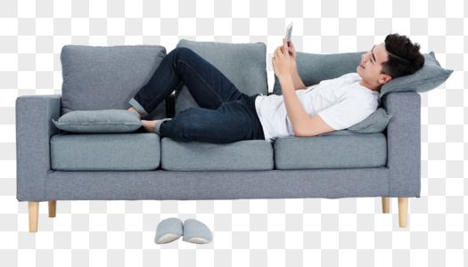青年男性客厅沙发玩手机图片