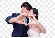 情侣婚纱比心动作图片