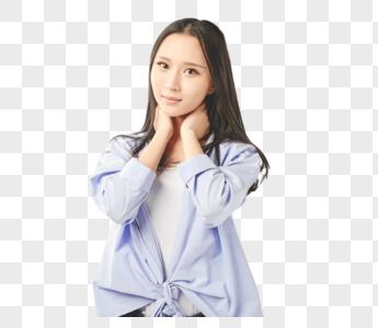 年轻女孩拘谨抱脖子动作图片