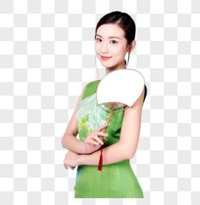 身着绿色旗袍的优雅美女手持蒲扇图片