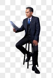 中年商务人士看报表思考图片