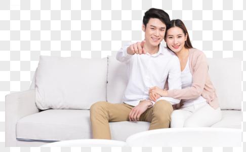 年轻夫妻在客厅沙发看电视图片