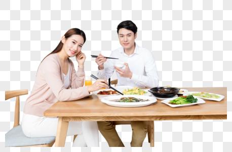 年轻夫妻在家吃饭图片