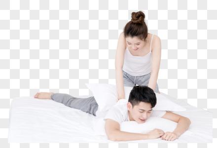 在卧室打闹的年轻情侣图片