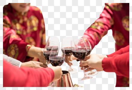 过年一家人吃团圆饭举杯庆祝图片