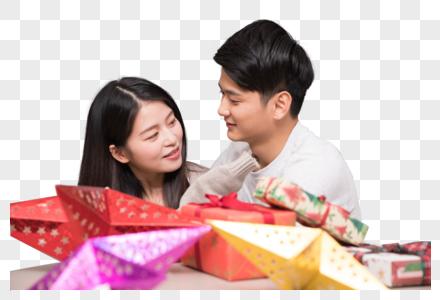 互送礼物的情侣图片