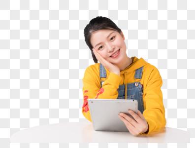 坐着使用平板电脑的时尚女生图片