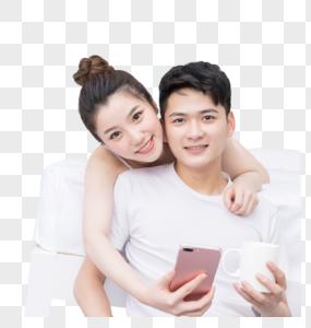 情侣轻松自然地在床边聊天图片