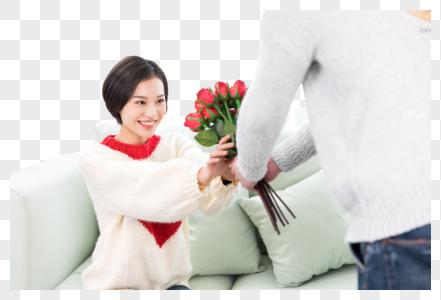 开心地收到花的女生图片