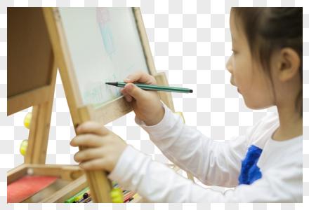 女孩在学习画画图片