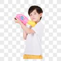 小男孩手持玩具水枪图片