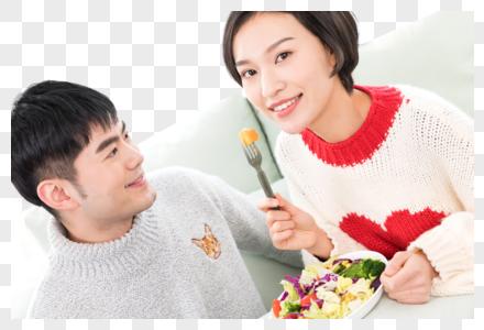 情侣在客厅沙发吃饭图片