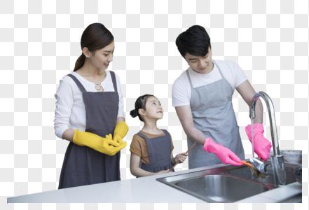 一家人在新家厨房洗碗图片