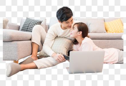 坐在沙发上看电脑的情侣图片