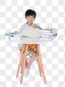 在书桌前学习的小男孩儿童教育图片