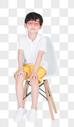 坐在凳子上举手的小男孩教育图片