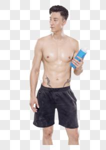 男子喝水休息动作底图图片