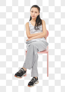 青年女性不开心地坐着图片