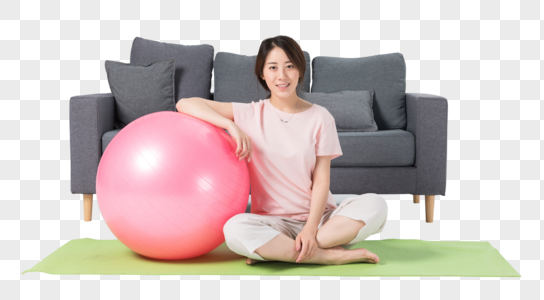 居家女性瑜伽球健身图片