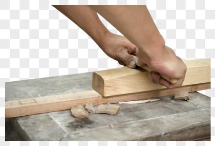 匠人使用刨刀进行木材处理图片