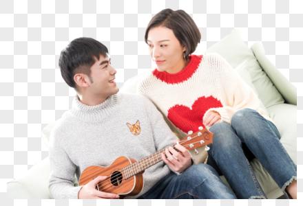 情侣一起在沙发上弹琴图片