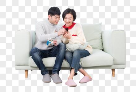 情侣在客厅拍照图片