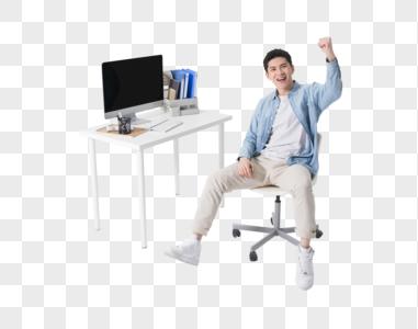 办公桌前欢呼胜利的年轻人图片