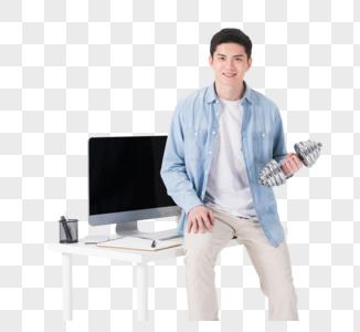 年轻职员在办公桌旁伸展锻炼图片