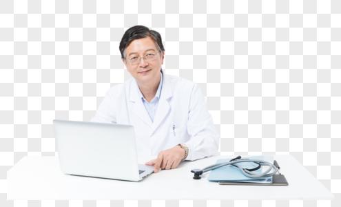 中老年医生用电脑工作图片