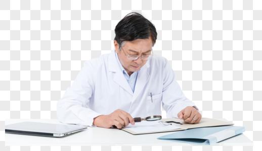 中老年医生看病历图片