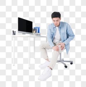 年轻白领办公桌前锻炼放松图片